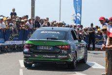 Wyścig kolarski to także duże zaplecze samochodowe.