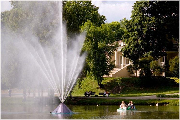 Fontanna na jeziorze Druskonis w centrum miasta.