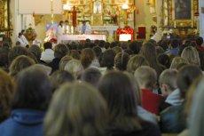 """Koniec z """"ostrymi"""" instrumentami w kościele. Nawet na mszach dla młodzieży."""