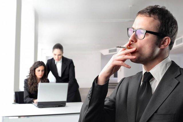 Pali, więc nie tylko szkodzi sobie, ale i firmie, bo nie pracuje - wychowują pracodawcy
