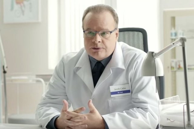 Doktor Jacek Caba wystąpił w reklamie telewizyjnej suplementu.