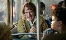 """Joaquin Phoenix grając tytułowego """"Jokera"""", inspirował się prawdziwą i niezwykle kłopotliwą przypadłością: paragelią"""
