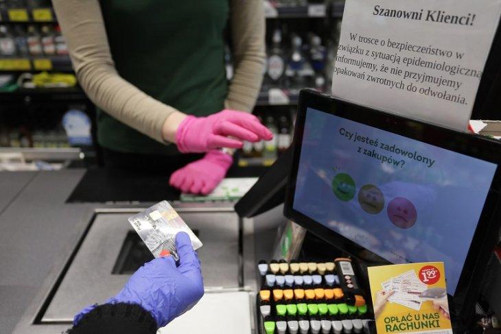 Jak bezpiecznie robić zakupy w czasie epidemii koronawirusa? Jest 14 ważnych zasad.