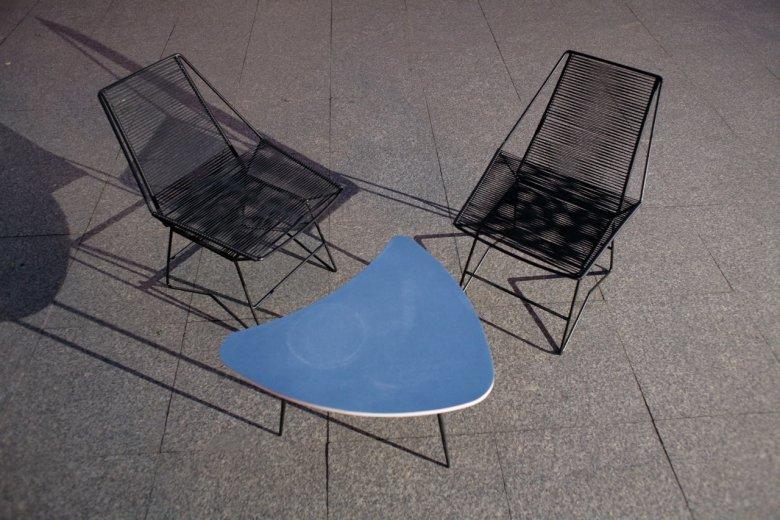 Dwa metalowe wyplatane fotele o kubistycznej formie.