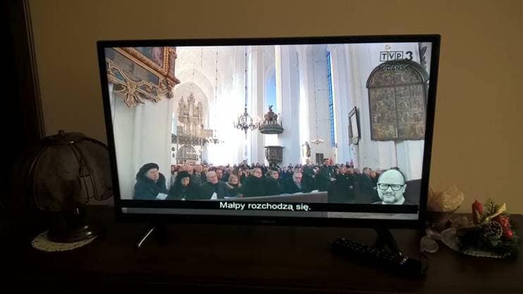 Autodeskrypcja w TVP3 Gdańsk w trakcie transmisji mszy pogrzebowej Pawła Adamowicza.