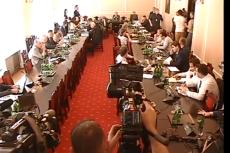 Witold Czarnecki popchnął operatora TVN, broni się, że stał mu na drodze.