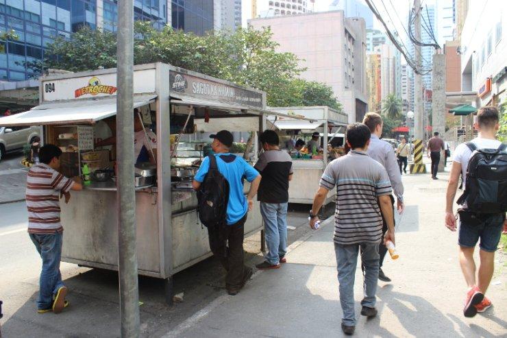 """""""Budki"""" to liczne odwiedzane miejsca w czasie lunchu na Filipinach."""