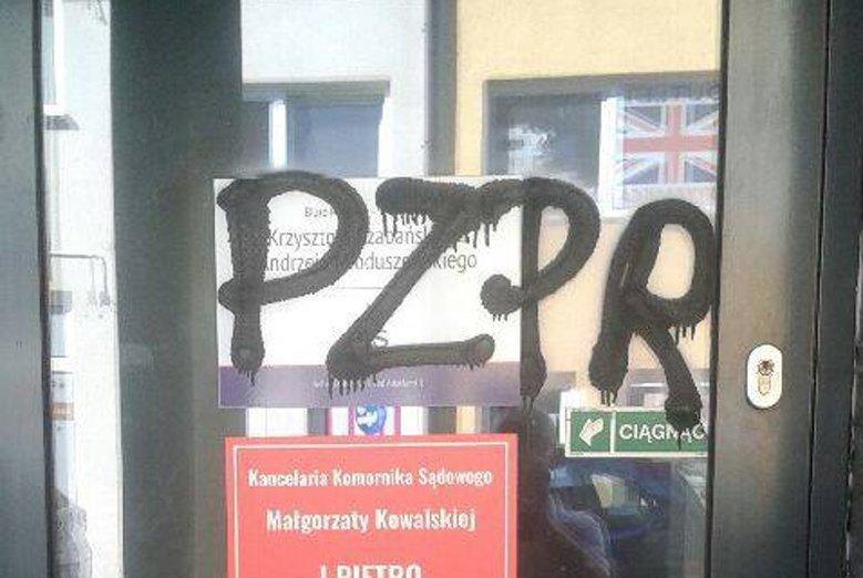 """Elżbieta Podleśna za napis """"PZPR"""" na szybie biura posła PiS Krzysztofa Czabańskiego, usłyszała zarzut propagowania totalitaryzmu."""