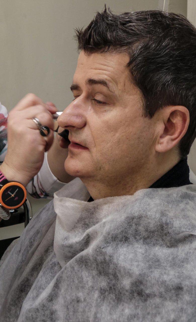 Janusz Palikot w telewizyjnej makijażowni