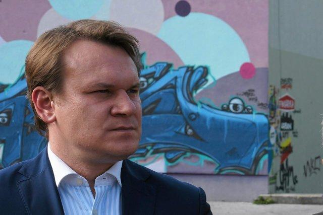 """Poseł PiS Dominik Tarczyński na Twitterze uparcie przekonywał, że stwierdzenie, iż """"szczekał w Sejmie"""" jest """"fejkiem""""."""
