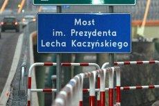 Tablica z mostu im. Lecha Kaczyńskiego zniknęła, jej założyciel Bogdan Dzakanowski dostał za to wezwanie na przesłuchanie