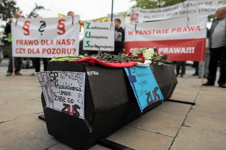 """Manifestacja """"Jak ZUS tworzy nowy problem społeczny"""", organizowana przez przedsiębiorców."""