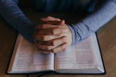 Biblia niesie ze sobą wiele dobrych treści i przekazów, ale nie ma w niej dobrych opinii o osobach LGBT.