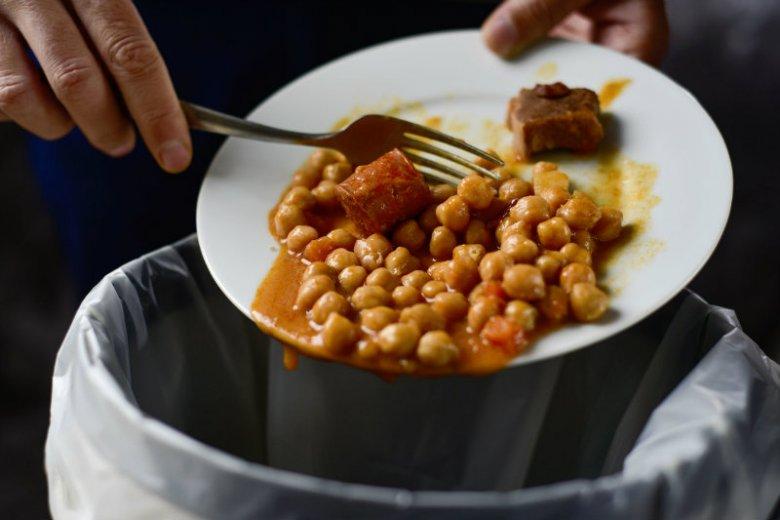 Marnowanie żywności to większy problem, niż nam się wydaje. Liczby są zatrważające