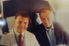 Jacek Balcer na pokładzie samolotu w towarzystwie Donalda Tuska.