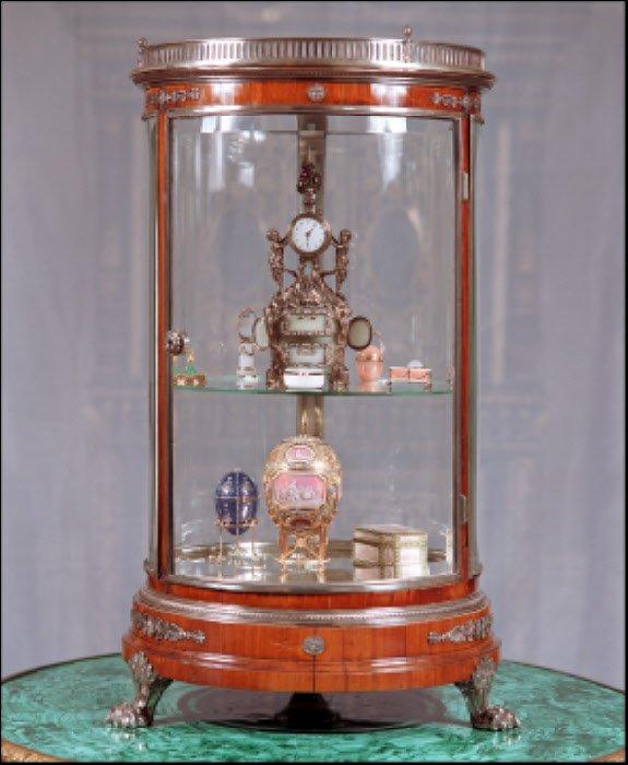 Szafka z dziełami wykonanymi przez Faberge