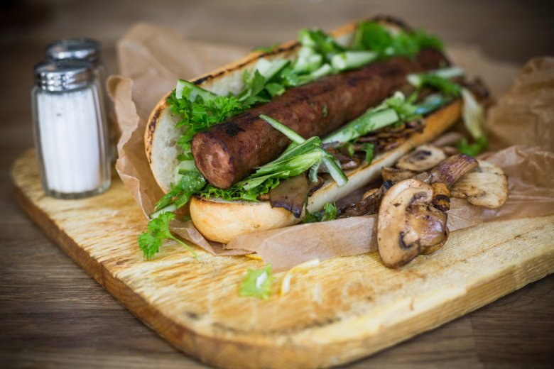 Kiełbasy z grubych kawałków mięsa w środku podczas pieczenia na grillu pękają i rozpadają się. Lepiej wybierać te drobniej mielone.