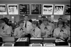 Ekipa pierwszego w Polsce McDonald'sa gotowa na przyjęcie gości. 1992 rok