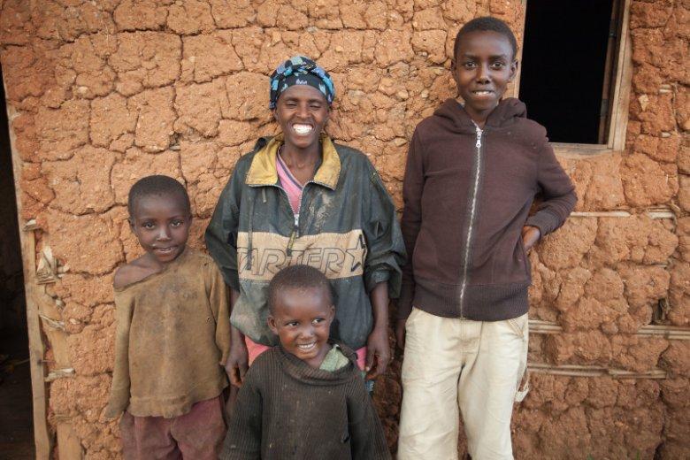 Rodzina Butoyi w swoim domu w Burundi mieszka od 5 lat.
