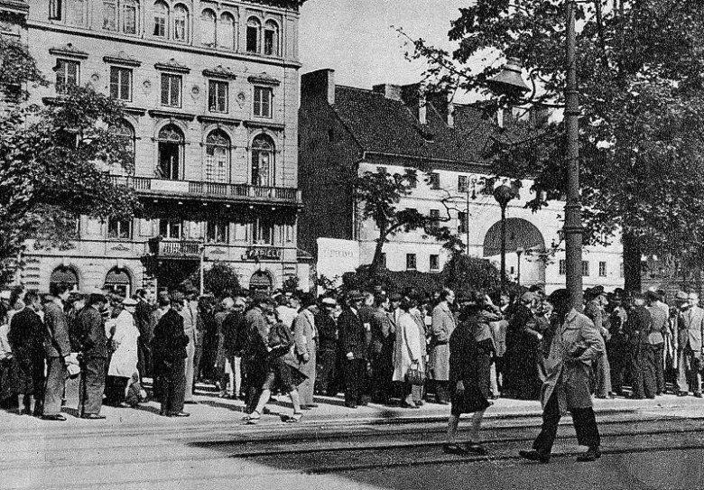 Na zdjęciu Niemcy ogłaszają, że dojdzie do egzekucji Polaków. Takie sceny regularnie się odbywały w okupowanej Warszawie