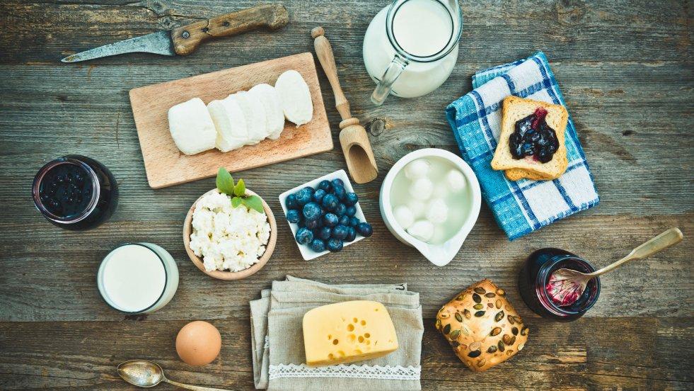 Jajko na miękko, dżem domowej roboty, świeży twaróg, czyli polskie śniadanie.