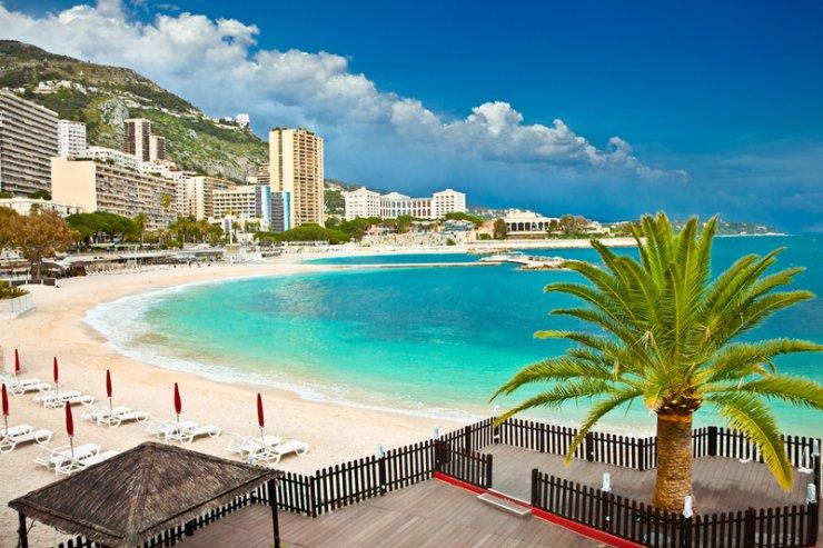 Plaże i ciepły klimat praktycznie przez cały rok przyciągają tłumy milionerów i turystów