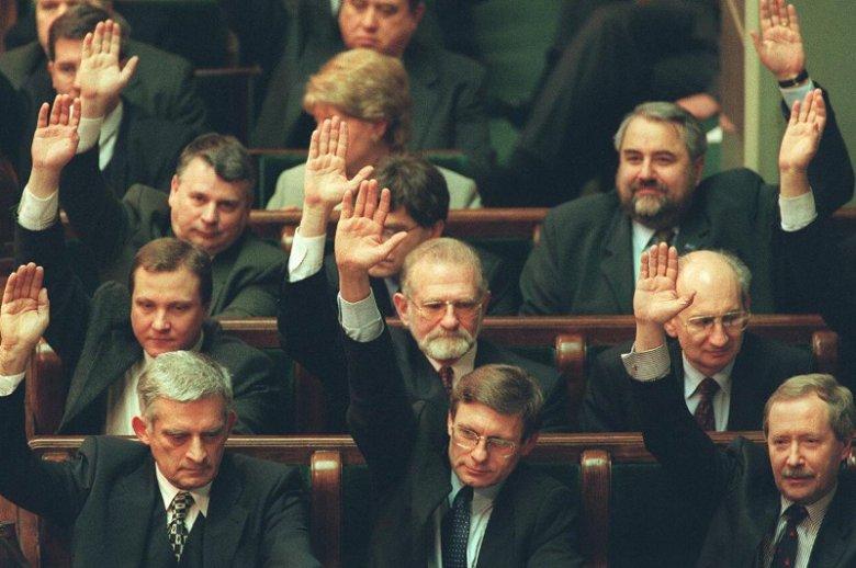 Luty 1999 roku. 1999 Głosowanie nad ratyfikacją przystąpienia Polski do NATO, na zdjęciu m.in. Jerzy Buzek, Leszek Balcerowicz, Janusz Onyszkiewicz, Wiesław Walendziak, Bronisław Geremek.