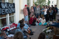 """Kto stoi za protestami studentów na UW przeciwko reformie 2.0 Gowina? Prawica wskazuje, że są to """"koderaści różnej maści""""."""