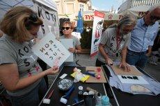 """Koszulki z napisem """"Konstytucja"""" stały się symbolem protestów w obronie sądownictwa"""
