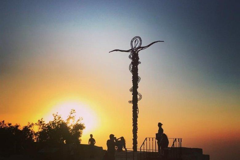 Wężowy krzyż z brązu autorstwa włoskiego artysty Giovanniego Fantoniego to charakterystyczny punkt sanktuarium