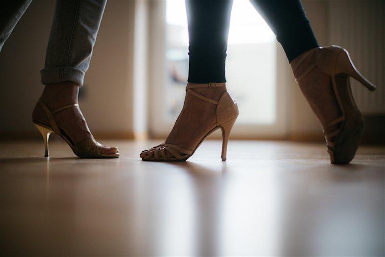 Przy dużych lustrach ćwiczymy nie tylko kroki, ale też tańczymy. I jest to zupełnie inne doświadczenie, niż to kiedy tańczy się z nauczycielem, który jest mężczyzną. Nikt tak dobrze jak kobieta nie pokaże jak robić ozdobniki, czy układać stopy.