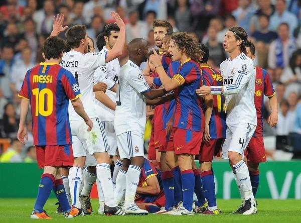 Przepychanki to częsty widok w ostatnich meczach Barcy i Realu