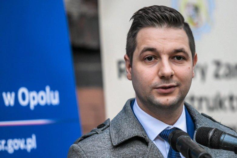 Opolski poseł Patryk Jaki był głównym pomysłodawcą, aby powiększyć miasto kosztem okolicznych sołectw. Gmina Dobrzeń Wielki ze skutkami tej decyzji wciąż nie może się pogodzić.