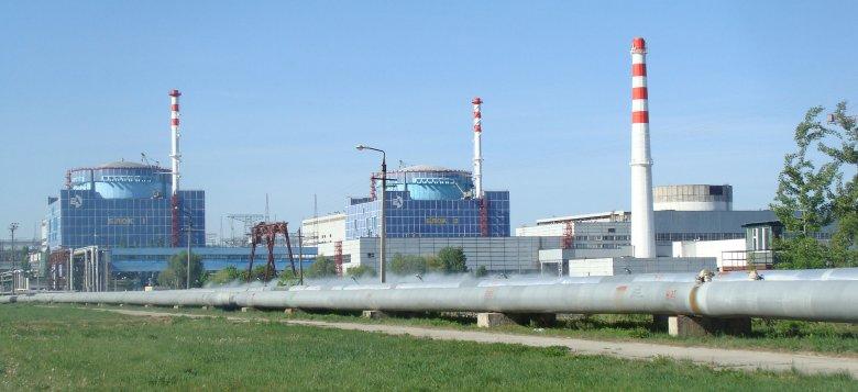 Elektrownia Jądrowa Chmielnicki. Widoczne dwa ukończone bloki z reaktorami WWER-1000 oraz (po prawej stronie) nieukończony blok nr 3.