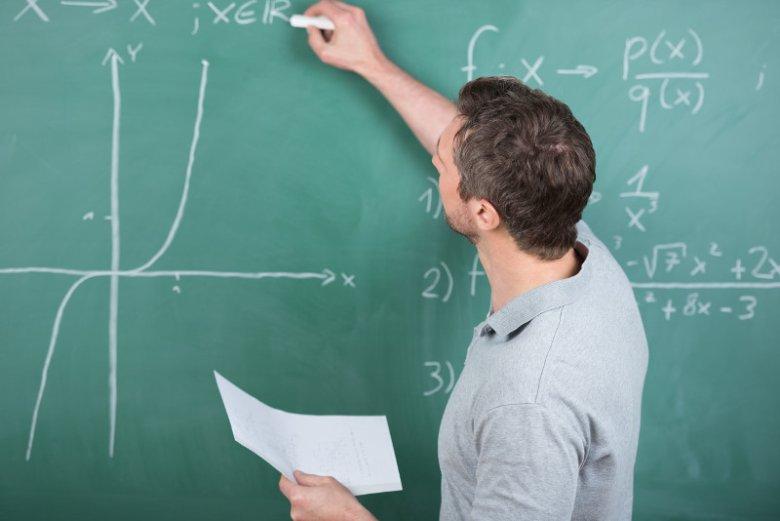 Według Ministerstwa Edukacji Narodowej liczba nauczycieli zatrudnionych w przedszkolach, szkołach i placówkach samorządowych w roku 2018/2019 wyniosła 587 936
