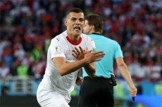 Szwajcar Granit Xhaka po strzelonej bramce Serbii podczas piątkowego spotkania Szwajcaria – Serbia. Ten gest wywołał spore oburzenie w serbskich mediach.