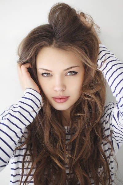 """Do kompletnego makijażu """"naturalne"""" włosy prezentują się znacznie lepiej"""