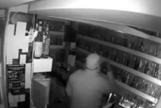 Ten złodziej ukradł butelkę wódki wartą ponad 4 mln złotych. Bardziej zaskakujące jest co zrobił później.