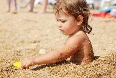 Każde wakacje to debata o dopuszczalności negliżu na plażach.
