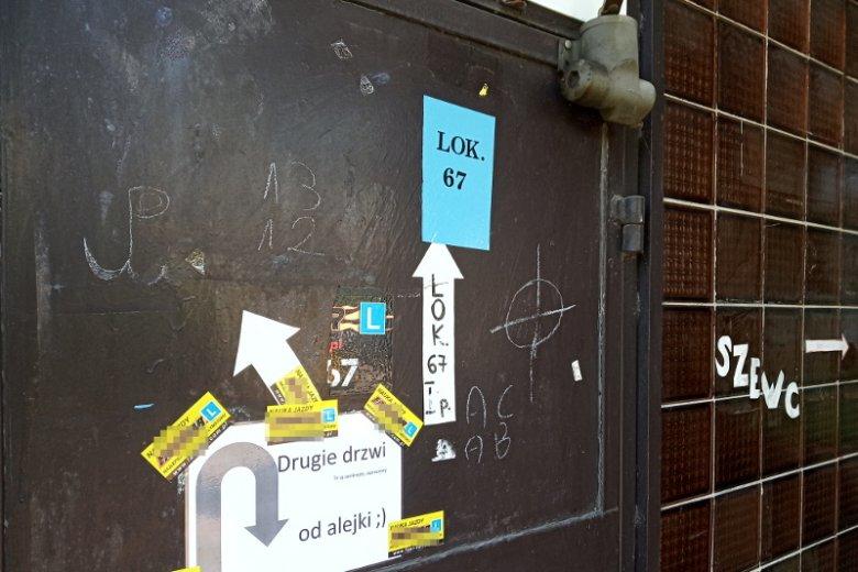 Polska Walcząca i obok krzyż celtycki - napisy na nieużywanych drzwiach lokalu usługowego na Słonecznym Stoku.
