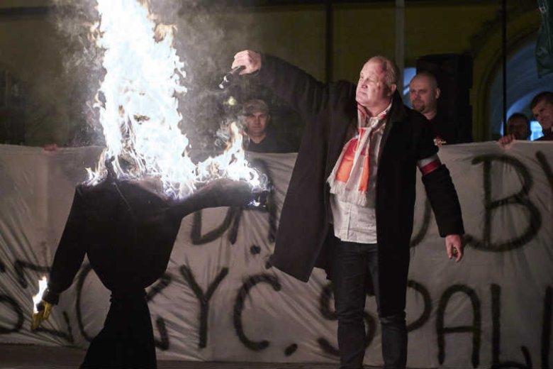 Piotr Rybak spalił kukłę Żyda podczas demonstracji przeciw przyjmowaniu uchodźców.