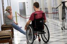 Niepełnosprawni protestowali w Sejmie w ubiegłym roku. Teraz czekają na dodatek obiecany przez PiS.