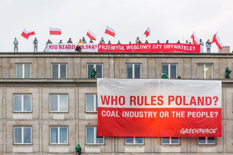 """Aktywiści Greenpeace wspięli się na budynek Ministerstwa Gospodarki, pierwszego dnia Szczytu Węgla i Klimatu zorganizowanego przez Światowy Związek Węglowy i wywiesili transparent z hasłem """"Kto rządzi Polską? Przemysł węglowy czy obywatele?"""""""
