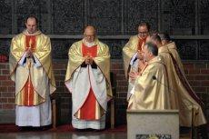 """Kościół katolicki modli się za """"Klątwę""""."""