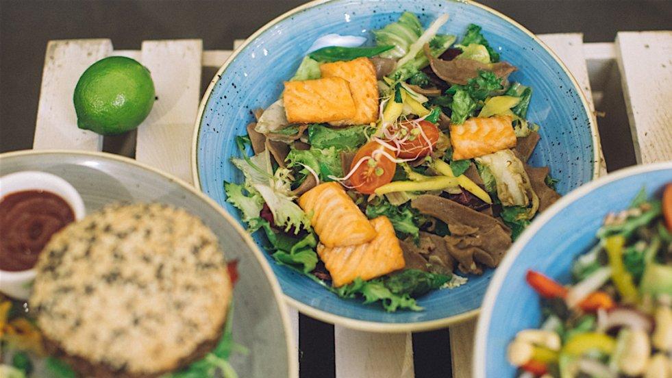 Dania z dodatkiem sałaty, jakie przygotowaliśmy wspólnie z restauracją Kit Fit Bar w Warszawie. W centrum makaron kasztanowy z łososiem i rukolą