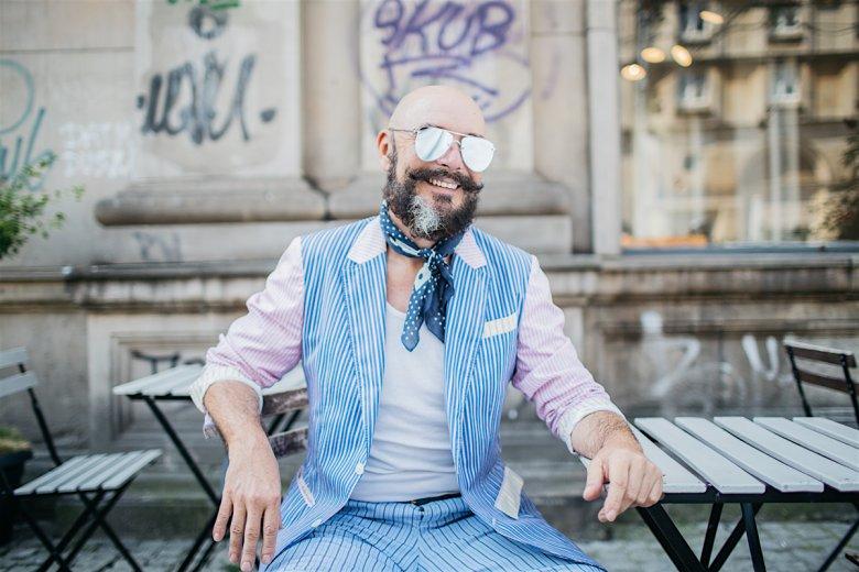 """Tomasz wywiązuje się z prośby fotografa o """"uśmiech nr 3"""""""