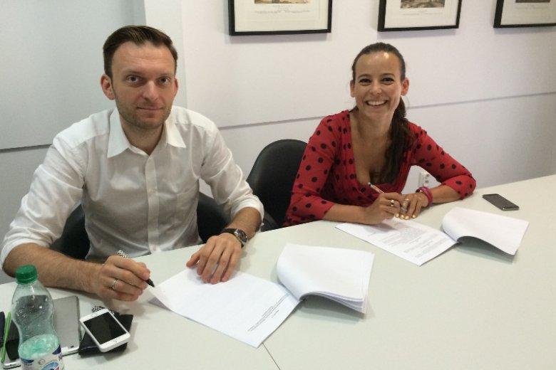 Anna Mucha i Tomasz Machała podczas podpisania umowy spółki. Sierpień 2014.