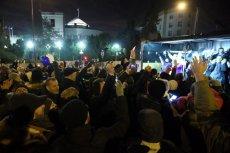 Sylwestra przed Sejmem spędziło kilkaset osób.