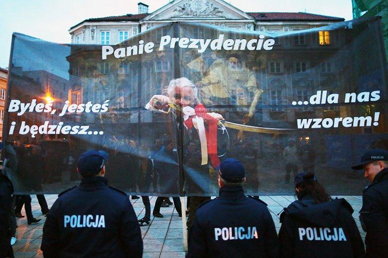 Opozycjoniści z ruchu Obywatele RP nie szczędzą krytyki policjantom, którzy prowadzili czynności w sprawie ich protestów.