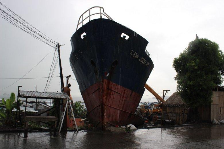 """""""Ciała były na każdym drzewie"""". Rok po super tajfunie """"Yolanda"""" Tacloban wciąż podnosi się z gruzów"""
